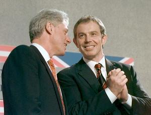 Både den demokratiske amerikanske presidenten Bill Clinton och Labouledaren och brittiske premiärministerns Tony Blair använde båda mycket framgångsrikt trianguleringsstrategin under 1990-talet. Foto: Ruth Fremson, AP/NTB
