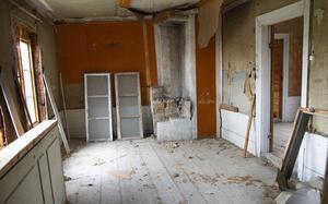 Övervåning är övergiven. Alla rum har inte ens golvbrädor.