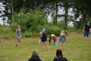 När barnen kommit till vattenhinken var de tvungna att doppa huvudet i den innan de fick springa vidare.