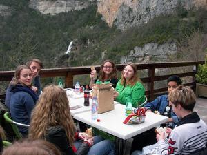 Franska och svenska elever äter picknick med vidunderlig utsikt.