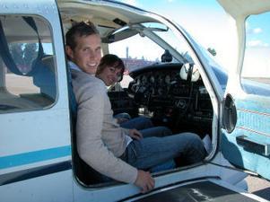 Flyglärare Albin Eriksson, var en av Flygsällskapets piloter som lät intresserade känna lyckan av att manövrera själv. Vilket Andrea Nessler passade på att göra.