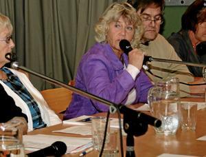 Folkpartiets ordförande Gunilla Högberg fick under måndagskvällen ta emot beskedet om att partiet uteslutits från Alliansen.Bakom henne i bild skymtar Erling Johansson (KD).