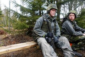 Arne Dyvinger och Lars Jonasson, gruppchefer, tar igen sig en stund medan de väntar på sin tur att få ge sig ut i terrängen igen.