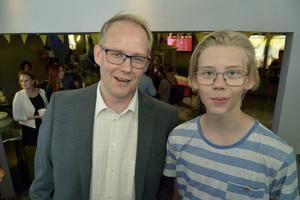 Jonas Walker, kultur- och museichef med sonen August Walker, 14.