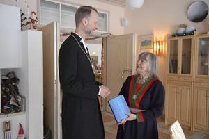 Mikael Mogren överlämnar den helt nyframtagna bibeln på sydsamiska till  Gunhild Andersson.