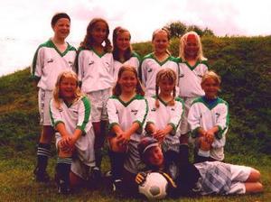 Elin Lundberg (mitten av översta raden), Stina Nilsson och Sofia Mabergs (trea respektive fyra på nedersta raden) på ett lagfoto från de tidiga fotbollsåren i Malungs IF.  Foto: Privat