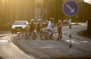 Insändaren är orolig för barnen på Mössebergsskolan som måste ta sig runt i Falköping  för sina lektioner. Bilden är tagen i ett annat sammanhang. Foto: Fredrik Sandberg/TT
