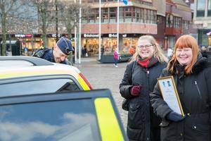 Skjuts till den efterföljande lunchen fick Åsa och Anna Landin av polis Mikael Alfredsson, tillika medlem i årets jury.