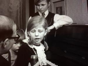 1968 drog inspelningen av Pippi-filmerna igång, och intervjuer och media blev en del av barndomen för Inger Nilsson. Här tillsammans med storebror Lasse samt lillebror Anders.  Foto: SVT
