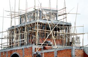 Bild: Mats Åstrand. 2005-07-27Dragongate, Älvkarlen       Arbetsmiljöverket har stoppat allt arbete över två meters höjd på grund av brister i säkerheten.