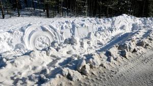 På olycksplatsen syns spåren av lastbilens färd ut i snön längs väg 989.