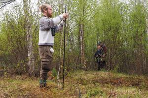 Harald Ris monterar upp det specialgjorda fågelfångstnätet.