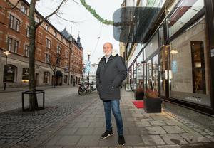 Abbe Kurts vid sitt senaste hotellköp First hotel Örebro, som han tar över den 1 februari. I bakgrunden hans första hotellköp hotell Hjalmar.