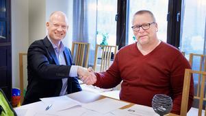 Fjärrvärmen tas till Dynabacken från Mälarenergis lokala fjärrvärmeanläggning. Här skakar Mälarenergis Stefan Nilsson hand med Surahammars kommuns fastighetschef Jan Helghe.