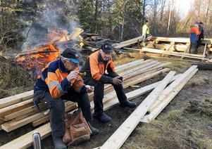 Två riktiga eldsjälar som ställer upp i vått och torrt. Sven-Gösta Nääs och Reidar Färnlund tar en välförtjänt paus.