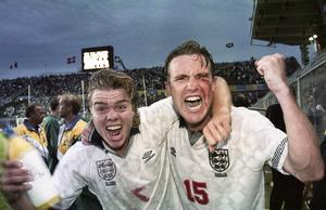 Tomas Brolin och Jan Eriksson firar efter vinsten mot England i EM år 1992. Bild: Bildbyrån.