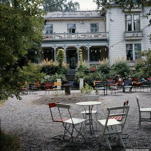 1960-tal. Café Fågelsång vid Hagalundsbacken, Adolfsberg. Foto: Eiwor Thavenius. Bildkälla: Örebro stadsarkiv