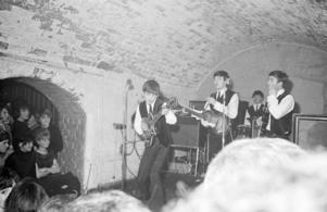 The Beatles på The Cavern i Liverpool, där de gjorde över 300 spelningar.   Foto: Capital Pictures/TT