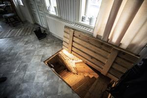 En trappa ner från hallen inne i huset så man slapp gå ut för att hämta till exempel potatis.
