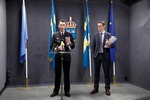 Överbefälhavare Micael Bydén samt generaldirektör Peter Sandwall under en pressträff där Försvarsmakten presenterar budgetunderlag för 2019.Foto: Christine Olsson / TT
