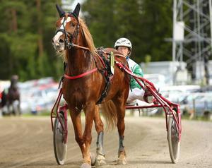 Ängsbläsen, Bo Eklöf, vänder upp för prisutdelning efter att ha vunnit kvällens första lopp som totofavorit.