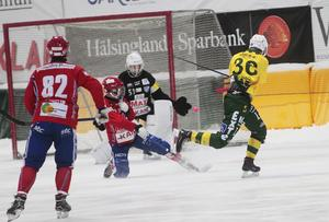 Edwin Nilsson körde hårt och starkt hela matchen, även om det här skottet inte gav något.