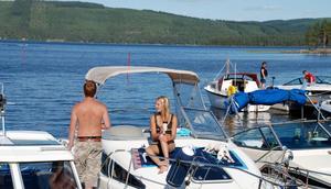 Njöt. Båtgästerna, människa som hund, njöt i solen vid Insjöns båtklubb.