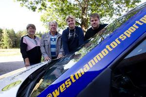 Lisbeth, Leif, Per och Sixten Westman vid en av rallybilarna.