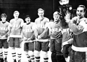 Timrå IK:s juniorer efter SM-guldet i slutet av 1960-talet. Tommy Andersson närmast i bild med SM-pokalen.