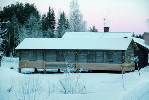 En delvis rutten timmerlada flyttades till Göran Gudmundssons sommarstuga i Hälsingland och blev en vinterbonad bostad. Foto: Göran Gudmundsson