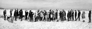 1968 var Knyttaborna upprörda. De hoppades alltid på en tidig vinter så att de skulle kunna köra över isen och slippa Vallsundsfärjan men detta år, när isen lagt sig ovanligt tidigt grusades deras förhoppningar. Elverket skulle laga elkabeln som gick över till Frösön och Knyttaborna gick en protestmarsch på isen.
