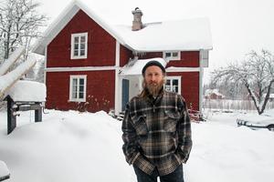 Adam Powers har tillsammans med sin sambo slagit ner sina bopålar på Skansbacken i Nås.