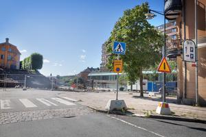 """""""Det är trångt när man ska bygga i en stadskärna. Man måste ner många meter från markplan för att komma in i garaget och tunneln kan inte ha vilken lutning som helst så därför behöver den vara lång"""", förklarar Stina Norrbom. Tanken är att tunneln ska börja i höjd med Kanalgränd och gå parallellt längs med Västra Kanalgatan för att sedan svänga av mot Kringlan, ungefär där bilden är tagen, under parkmarken där den gamla parkeringen fanns förut."""