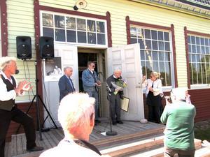 Solen sken precis den här dagen när Dagermanpriset överlämnades av Arne Ruth och René Dagerman på trappan till Stora Hallen.