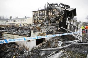 Nio hem, fördelat i två radhuslängor, totalförstördes vid branden.