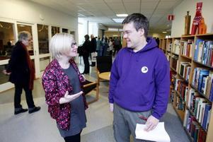 POLITISK DEBATT. Piratpartiets Urban Sundström, från Sandviken, kom för att få sig en pratstund med Arbetarbladets politiska redaktör, Jenny Wennberg.