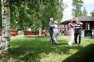 Det blir en svängom i den gröna sköna Forsparken för delar av SPF:s särskilda danskommitté, som ordnar dans i Forsparken i sommar.