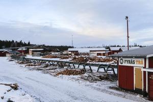 All produktion stod stilla på Fyrås Trä på fredagen och innan personalens samling var det bara ett fåtal personer som rörde sig i den vanligtvis livliga miljön.