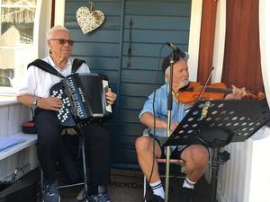 Enar Albertsson, bosatt i Stockholm men tillbringar sommaren i Sjösveden med sin fru Sonia, och Olle Eriksson, bördig från Jämtland. De har uppträtt på flera träffar.