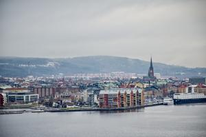 Byt gärna namnen omgående enligt följande: Norra kajen döps om till Norrstrand, Inre hamnen till Citystrand och Södra kajen till Söderstrand. Enkla namn för både besökare och lokalbefolkning och dessutom kanske lättare att lokalisera, skriver HE.