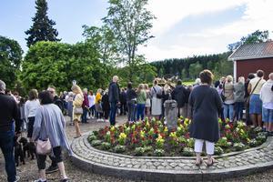 Järvsöbadens gårdsplan var nästintill fullsatt under studenternas ankomst.