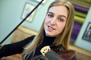 Anna Moraeus må spela piano men hon känner sig mest bekväm med en fiol i handen.