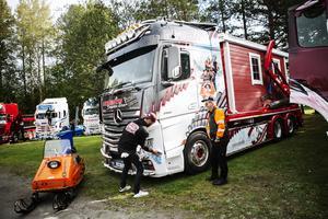Erik Lundman (till höger i bild) gör sin sista lastbilsträff innan han drar sig tillbaka efter 40 år i branschen.