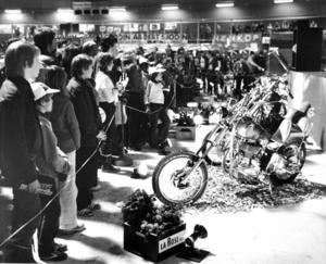 Fart och elegans på bil- och mc-mässan 1979.