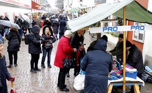 Uppropet mot arbetsmiljöproblemen i Nora kyrka låg bland annat i ståndet hos PRO vid Nora julmarknad.