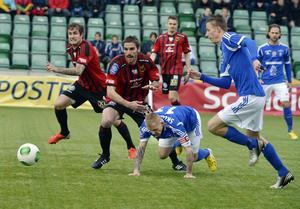 Ari Skúlason (liggandes) gjorde ett av målen i GIF:s 3–0-seger hemma mot ÖFK. Bild: Linus Wallin.