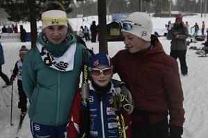Irja och Marius Brandfjell och Jåvva Rensberg gör sig klara för start i skidspåret.