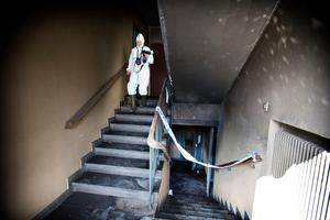 Två dagar efter de anlagda bränderna på Ekängsvägen 13 i Surahammar såg det ut så här när kriminaltekniker gjorde en teknisk undersökning av brandplatsen. Nu har trappuppgången sanerats och målats om.