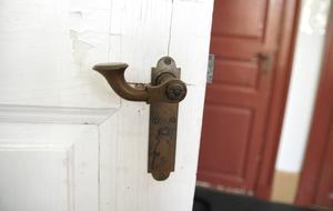 På övervåningen finns en hel del gamla detaljer kvar, som det här handtaget på dörren till ett av sovrummen.
