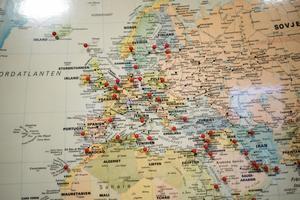 Ländernas namn på kartan visar att Ludvikaindustrin har varit med ett tag. Varje nål representerar ett land man har exporterat till.